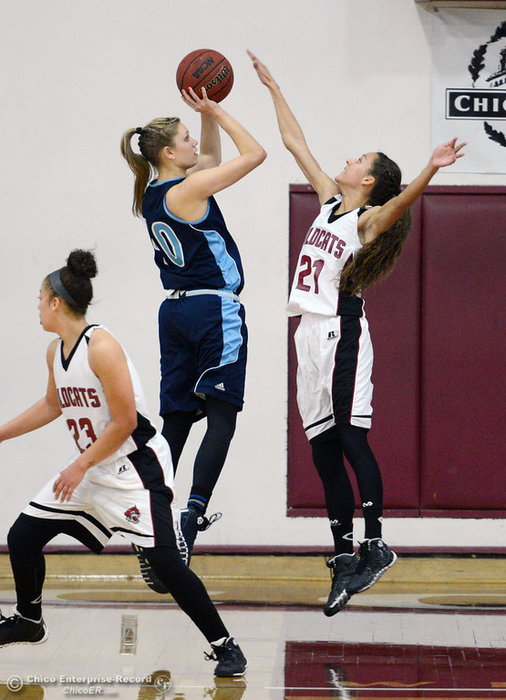 . Chico State\'s #21 Courtney Hamilton (right) attempts to block against Sonoma State\'s #40 Kristina Fahey (left) in the second half of their women\'s basketball game at CSUC Acker Gym Friday January 31, 2014 in Chico, Calif. (Jason Halley/Chico Enterprise-Record)