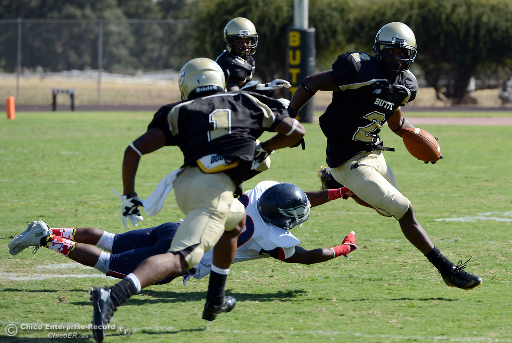 . Butte College\'s #2 Deonte Flemings (right) rushes against College of the Siskiyous\' #29 Yves Nguessan (left) in the third quarter of their football game at Butte\'s Cowan Stadium on Saturday, September 14, 2013, in Oroville, Calif. (Jason Halley/Chico Enterprise-Record)